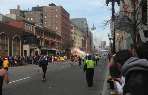 Во время бостонского марафона произошло два взрыва - фото