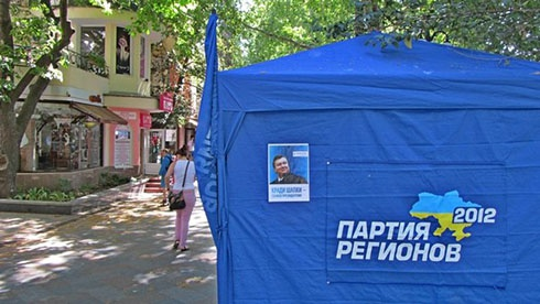 Ялту обклеили плакатами о Януковиче и краже шапок - фото