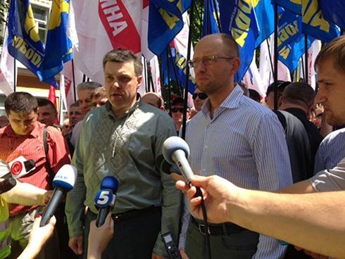 Оппозиция в Хмельницком провела акцию «Вставай, Украина» - фото