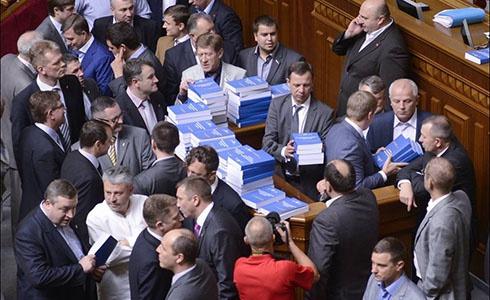 Оппозиция заблокировала работу парламента - фото