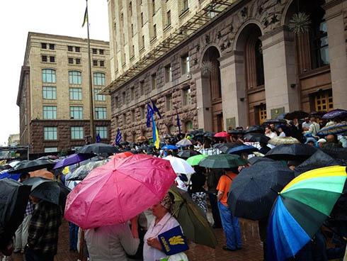 Под Киевсоветом прошел митинг с требованием провести выборы в столице - фото