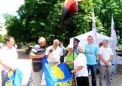 Приезд Януковича в Луганск пикетировала оппозиция - фото