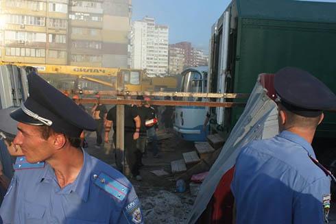 Жители Троещины снесли забор вокруг незаконного строительства на Маяковского, 4 - фото