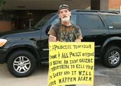 Американский суд обязал мужчину стоять на улице с табличкой «Идиот» - фото