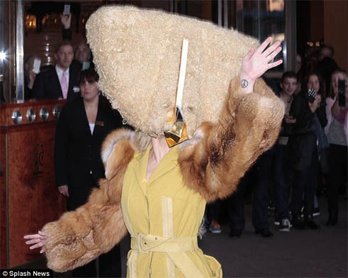 Леди Гага в Берлине шокировала людей своим костюмом - фото