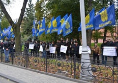 Приезд Януковича на Львовщину встретили пикетом - фото