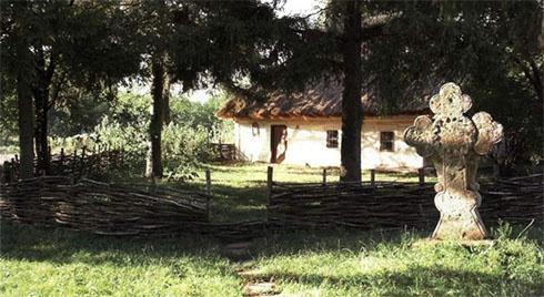 Уничтожили 200-летний памятник в селе, где родился Шевченко - фото