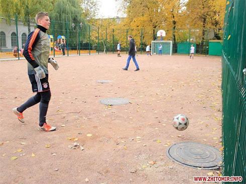 В Житомире дети будут играть на канализационных люках - фото