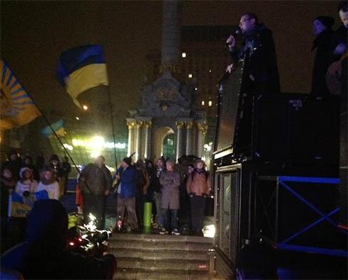 Киевляне, выступающие за евроинтеграцию, не расходятся из центра города - фото