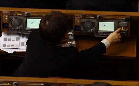 Коммунистку второй раз за сессию поймали на голосовании за соседа - фото
