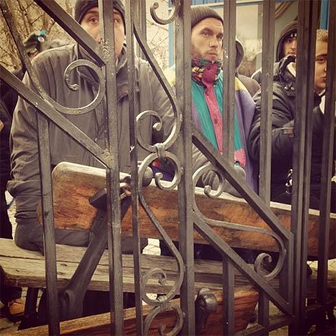 Люди баррикадируются на территории Михайловского собора - фото
