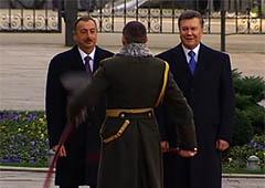 Начальник почетного караула рассмешил двух президентов - Януковича и Алиева - фото