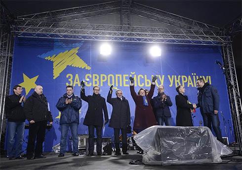 Тимошенко попросила убрать политическую символику с Евромайдана - фото
