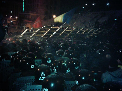 Евромайдан штурмует «Беркут» - фото