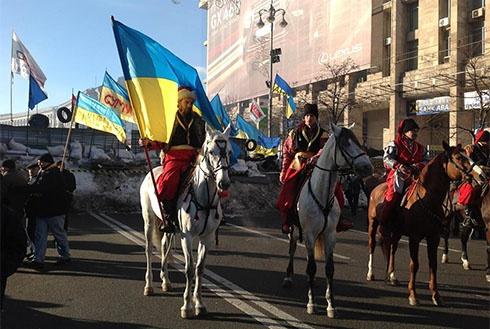 Евромайдан теперь охраняет и конница - фото