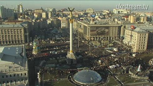 Майдан заполнен людьми - фото
