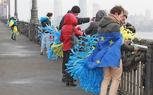 Мост Патона украсили желто-голубыми лентами - фото