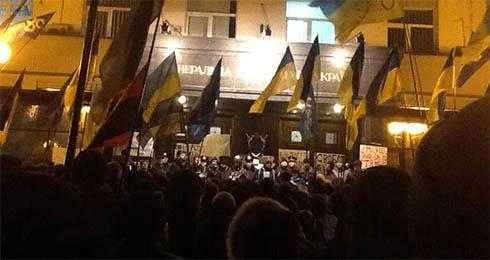 Под Генпрокуратурой устраивают лежащий протест - фото