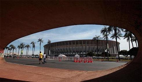 В Бразилии протекает крыша самого дорогого стадиона ЧМ-2014 - фото