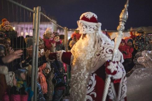 В Самаре Деда Мороза от детей отгородили решеткой - фото