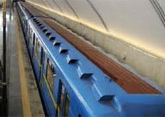 В вагонах киевского метро снимают мониторы - фото