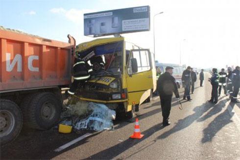 Во Львове автобус с пассажирами врезался в грузовик - фото