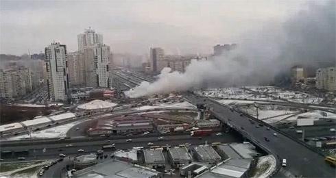 Возле метро «Позняки» горели торговые киоски (видео) - фото