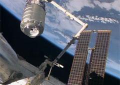 «Лебедь» успешно пристыковался к МКС - фото