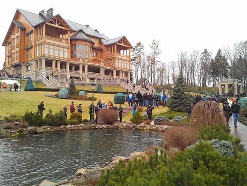 Люди прогуливаются по роскошному Межигорью - фото