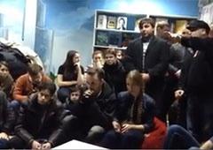 В Донецке титушки под прикрытием милиции напали на общественных активистов в кафе - фото