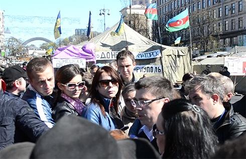 Баррикады на Майдане сносить не стали - фото