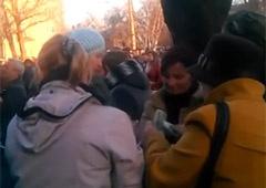 Как пророссийским митингующим в Луганске деньги раздают - видео - фото
