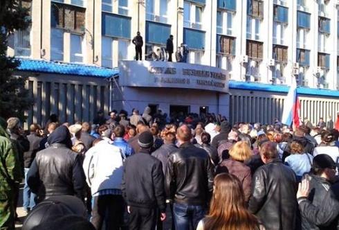 В Луганске сепаратисты захватили здание СБУ - фото