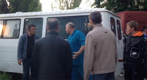 Как сепаратисты в Мариуполе для своих баррикад отбирают машины у мирных граждан - видео - фото