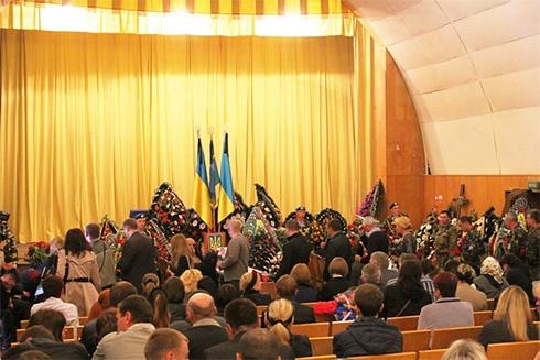 В Житомире прощались с погибшими под Краматорском десантниками - фото