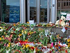К посольству Нидерландов люди продолжают нести цветы