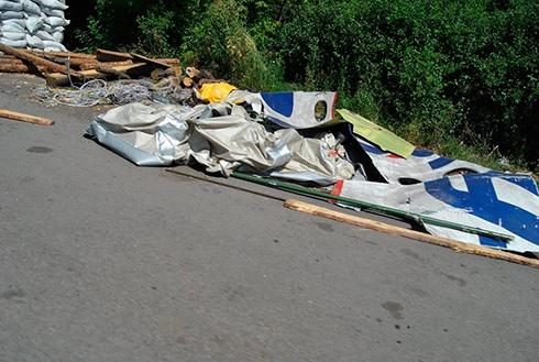 Маргиналы укрепили свой блокпост частью фюзеляжа сбитого Боинг-777 - фото