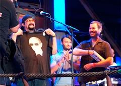 Стивен Сигал выступил в Крыму и примерил футболку с Путиным - фото