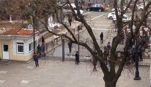 Милиция жестко избила людей, пытавшихся спилить забор на Банковой - фото