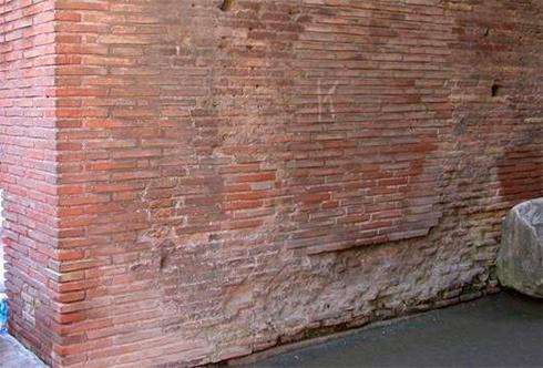 Россиянин отметился на стене Колизея в Риме - фото
