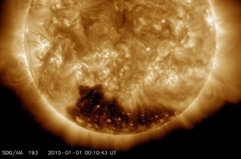 На Солнце обнаружена огромная темная область - фото