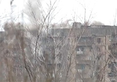 Как террористы из танка обстреливают жилые многоэтажки в Углегорске – видео - фото