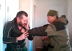 Как якут-«шахтер из Донбасса» бьет дезертира «ДНР» - видео - фото