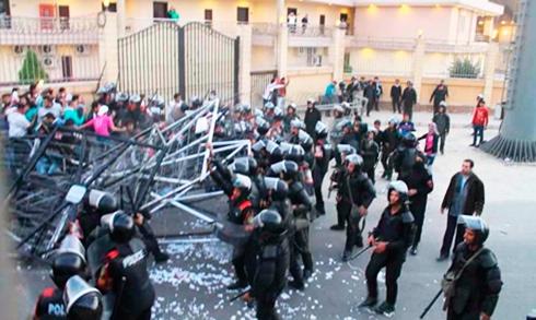 В Египте во время футбольного матча погибло около 20 болельщиков - фото