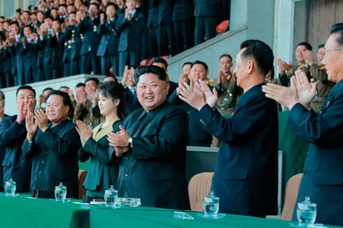 Северокорейский диктатор предъявил свою жену публике впервые за 4 месяца - фото