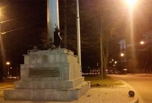 В Харькове взорвали стелу с украинским флагом - фото