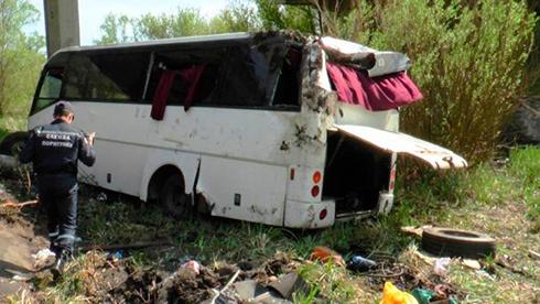 Автобус упал с моста, погибли 3 человека - фото
