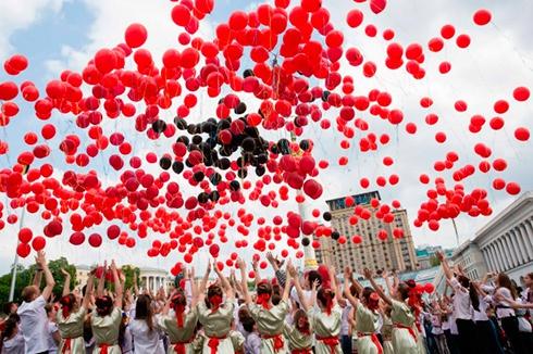 На Майдане Независимости дети провели флешмоб «Цветок памяти» - фото
