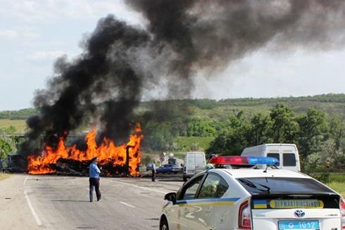 На Запорожье столкнулись грузовики, создав пожар посреди дороги - фото