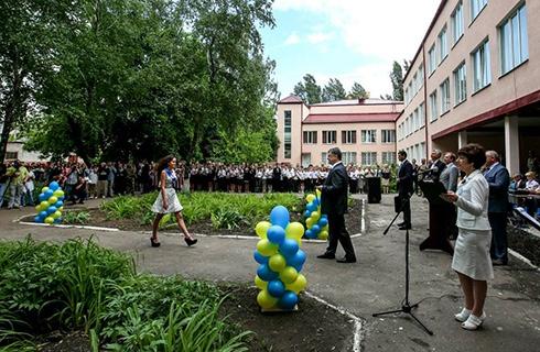 Порошенко посетил последний звонок школы в Славянске - фото